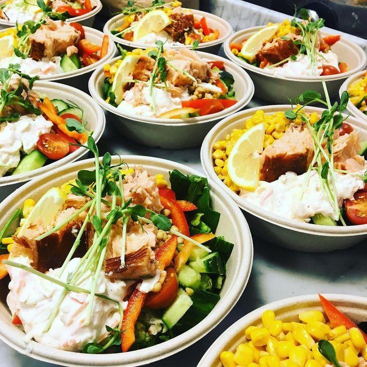 Idag serveras en sallad med matvete varmrökt lax och coleslaw.  Välkomna