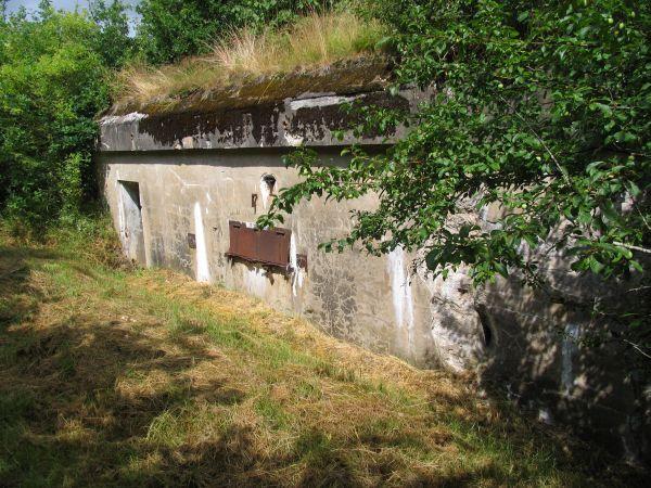 """Sikringsstilling Nord. Andholm Batteri, ammunitionsmagasin. Der var anlagt nogle tunge batterier bag den egentlige befæstningslinie. Disse blev sprængt af den dannske hær i 1926-1927 for at hindre """"genbrug"""".  Andholm er det eneste intakte, beregnet til en jernbanebriskkanon. """"E-Geschütz"""""""