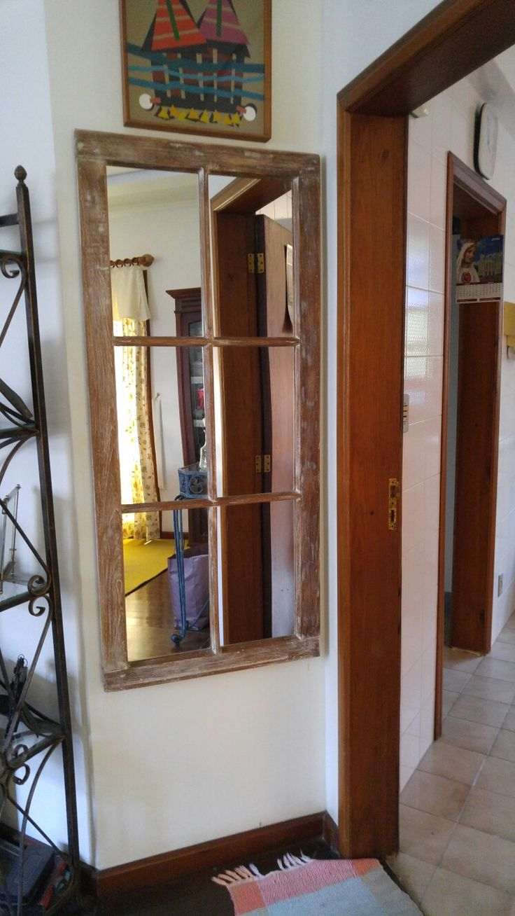 Vidraça antiga recuperada com satinê e colocado espelhos.