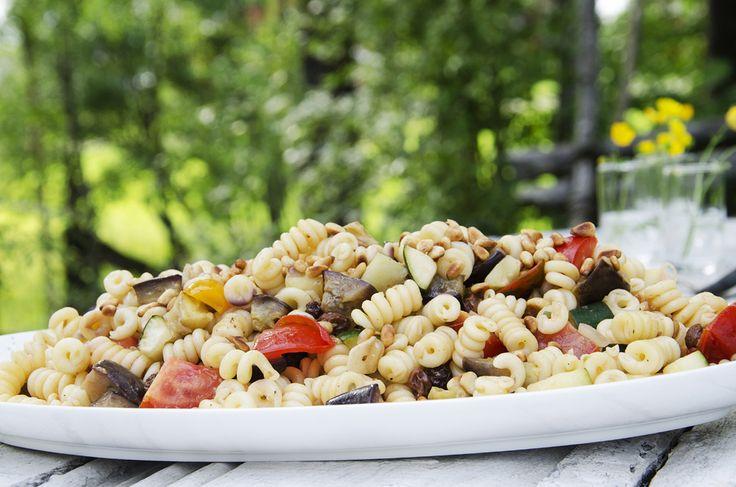 pastasalat med auberginer og squash. Bytt ut løk med vårløk