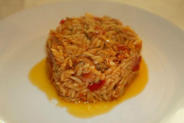 Το γιουβέτσι του σημερινού πιάτου είναι κοκκινιστό με χοιρινές μπουκίτσες και ένα γευστικό προφίλ πικάντικο και απολαυστικό. Αυτό οφείλεται στο ότι το κρέας κόβεται σε μικρά κομματάκια και μαρινάρεται αποβραδίς ενώ το πιάτο δεν έχει τυρί καθόλου.