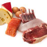 Las proteínas contienen aminoácidos que ayudan a la regeneración de las células del cuerpo, por lo que después de una operación debes consumirlos para que el tejido cicatrice y no se produzca una inflamación. Se recomienda consumir pescado, huevos, pollo, semillas de girasol, nueces y almendras. Asimismo, los granos enteros además de aportar proteínas, integran fibra, vitaminas y minerales que le darán a tu organismo la energía que necesita.