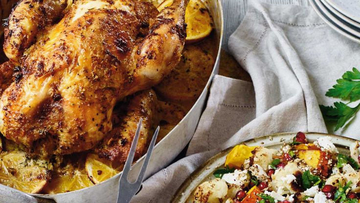 Efter en halv times arbejde i køkkenet kan du glæde dig til saftig kylling med citrussmag, sprødt skind, cremet tahinsauce og en lun og mættende salat. Her får du opskriften på citrus-kylling og lun salat med græskar og blomkål