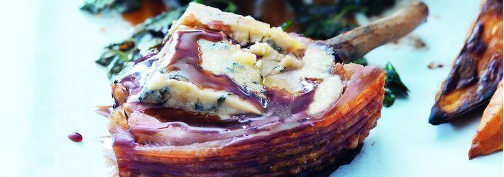 Aprende a preparar esta receta de Chuletas de cerdo con queso azul, salsa de miel y Oporto , por Donna Hay en elgourmet