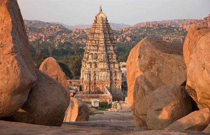 A vista entre as rochas do espetacular templo Virupaksha em Hampi, Karnataka #India #momondo