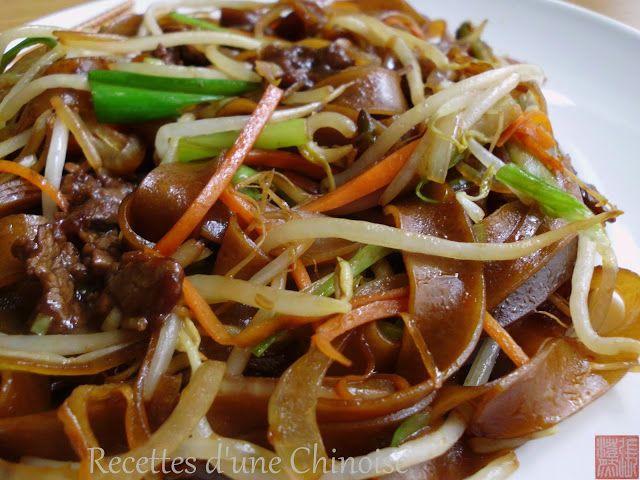 Recettes d'une Chinoise: Pâtes der riz sautées avec boeuf Pour 2 personnes 200 g de pâtes de riz larges fraîches 50 g de filet de bœuf 1 demi carotte 100 g de pousses de soja 1 oignon (petit) 1,5 ciboules chinoises 3 tranches de gingembre 2 c. à soupe de sauce soja claire 1 c. à soupe de sauce soja noire/foncée 1,5 c. à soupe d'huile +'huile de sésame grillé  Pour la marinade 1 c. s de sauce soja claire 1 c. c de sauce soja noire/foncée 1 c. c de fécule de pomme de terre