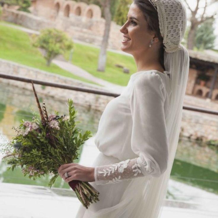 """671 Me gusta, 17 comentarios - Ines Martin Alcalde (@inesmartinalcalde) en Instagram: """"Blanca✨ terciopelo+encaje antiguo+capota de croché 💛#mecasoconinesmartinalcalde #noviasromanticas…"""""""