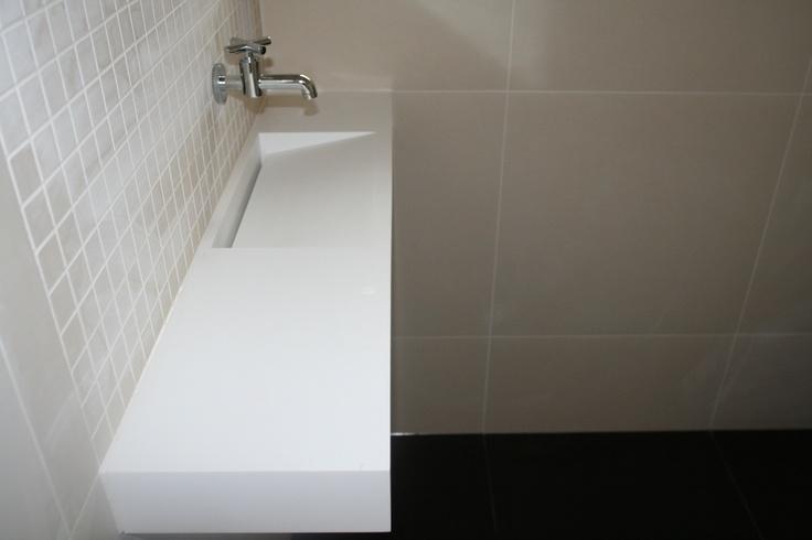 Strak design fonteintje voor toilet. Maatwerk gemaakt uit Corian met verborgen afvoer. Badkamer ideeën / Bathroom ideas.