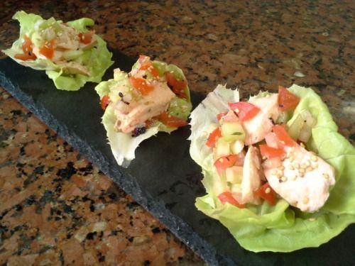Wrapper de salmão escalfado com salada. Poached salmon wrapper with salad.