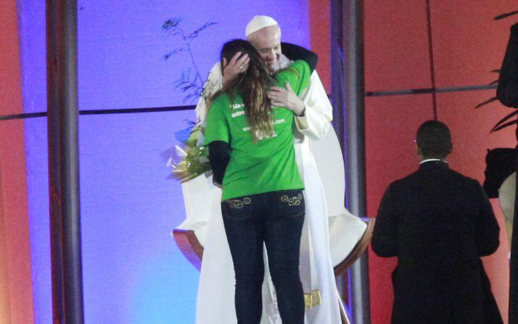 Pape François - Pope Francis - Papa Francesco - Papa Francisco - JMJ RIO 2013 - Papa Francisco abraça jovem brasileira durante cerimônia da Jornada Mundial da Juventude