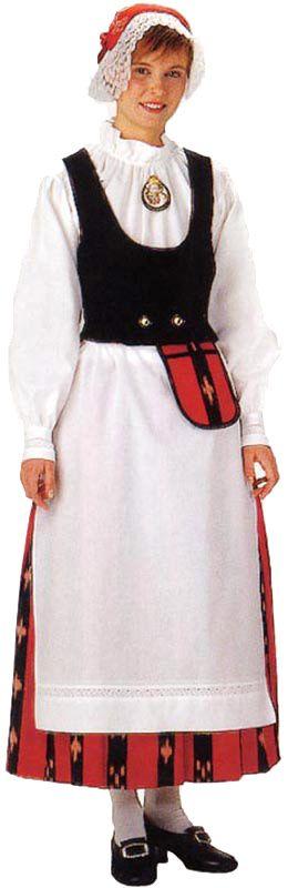 Teuvan naisen kansallispuku. Kuva © Helmi Vuorelma Oy