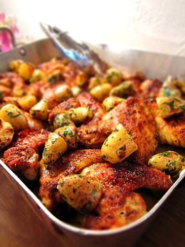 Ailes de poulets aux épices grillées au four avec des petites pommes de terre rattes sautées et persillées.