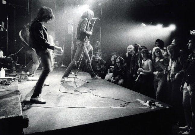 Hoje quem passa desavisado pelo número 315 da Bowery, em Nova York, não é capaz de reconhecer que ali, alguns anos atrás, ficava um lugar sagrado – ao menos para os amantes do punk e da história do rock. As paredes pichadas, a sujeira permanente, o cheiro de álcool, cigarro e urina, e o pequeno palco por onde o movimento punk americano começou deram lugar a uma chique boutique de roupas caras. Em 1976, no entanto, era ali o CBGB, o mais importante local de shows da história do punk. Fundado…