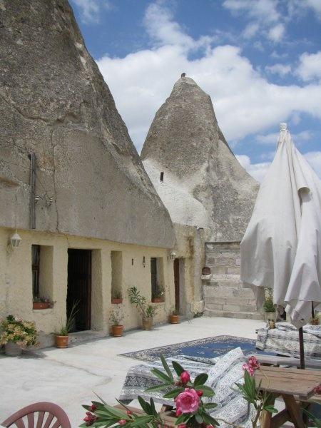 Il Dream Cave si trova a Göreme, in Cappadocia e dispone di stanze all'interno dei famosi camini delle fate.
