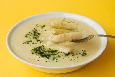 Die Schalen des Spargels lassen sich gut als Suppe verwerten.