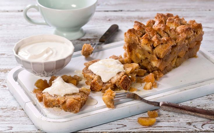 En variasjon på den populære pull apart-desserten, der bolledeig rulles i smeltet smør med sukker og kanel, og stekes i brødform. Vår oppskrift er en kjapp versjon, som er perfekt hvis du har brødrester! 1 brød gir ca. 12 skiver.