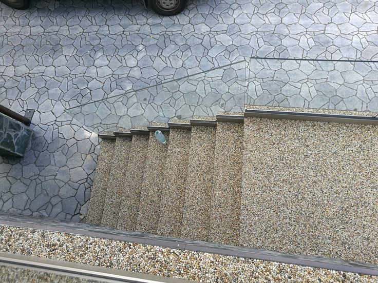 Kamenný koberec z riečneho okrúhliaku frakcia 4/8mm.  #art4you #artpodlahy #kamennýkoberec #kameninny dywan #naturestonecarpet