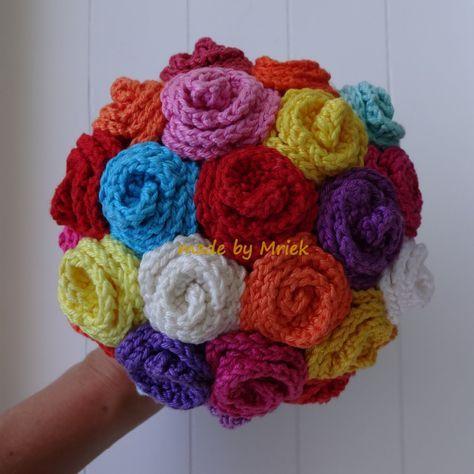 Belofte maakt schuld en hier is dan eindelijk dat blogje met het patroon van mijn bruidsboeket :-) Crochet your own wedding bouquet! I pr...
