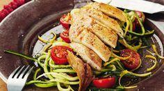 Pascale Naessens | Gestoomde makreel met courgetteslierten en tomaatjes