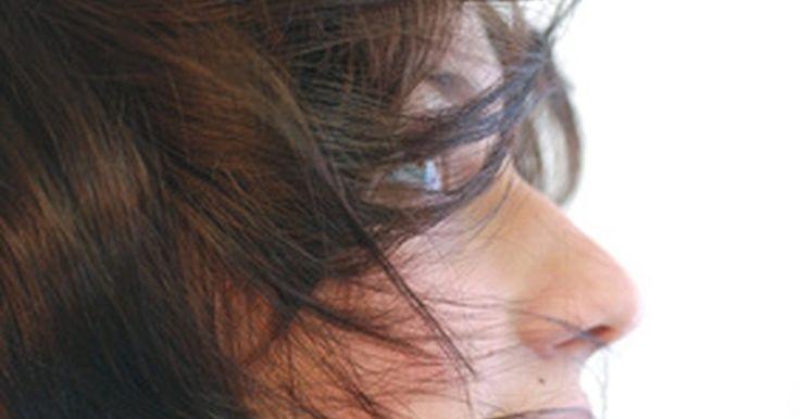 """Cómo teñir el pelo de color marrón oscuro. Si quieres cambiar el color de tu pelo a uno más llamativo, elige el color marrón oscuro. Según la revista """"Marie Claire"""" no sólo es un color atractivo si no que el pelo oscuro refleja mejor la luz, disimula las partes quebradizas y minimiza los defectos del pelo dañado. El pelo marrón oscuro es relativamente fácil de lograr en casa si sigues bien ..."""