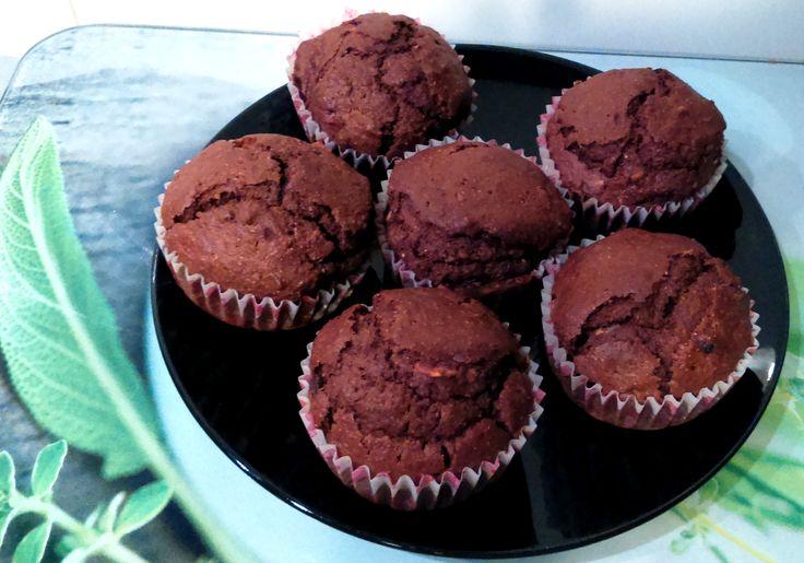 Lubicie muffinki? Ja uwielbiam! Najbardziej czekoladowe z bakaliami lub kawałkami czekolady. I pomyśleć, że te wspaniałości powstały w wiktoriańskiej Anglii, a ich autorkami są kucharki przygotowuj…