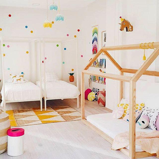 || S Y S K O N R U M. Enkelt med underbart. Dekorprickar på väggen är en enkelt och rolig förändring på en enfärgad vägg  @liveloudgirl  #barnrumsinspo #kidsroom #inspo #barnrum #diy
