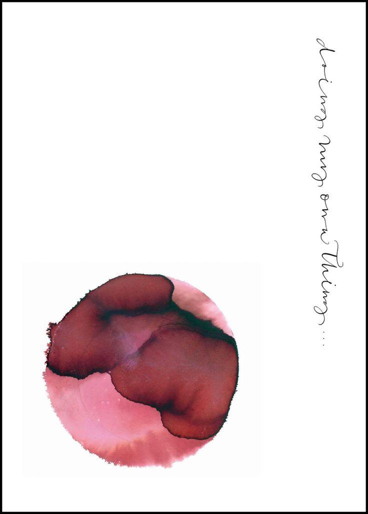 Plakát s červeným abstraktním obrazcem a kaligrafickým nápisem