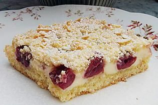 Quick quark crumble cake with fruit