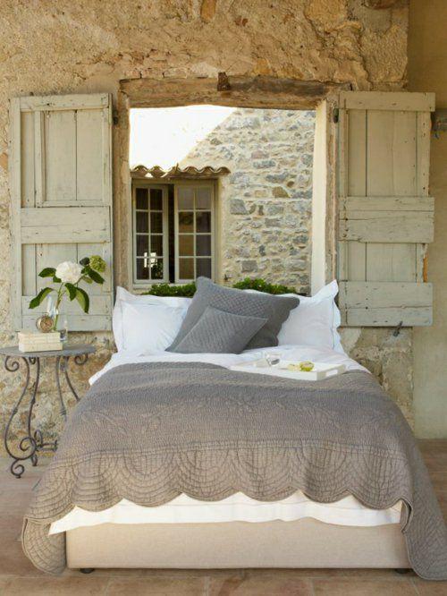 Romantische Schlafzimmer Einrichtung Natursteinwand, Eleganter  Beistelltisch Aus Schmiedeeisen