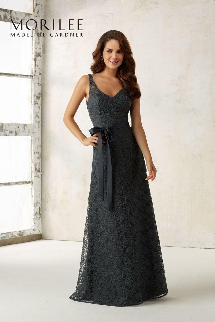 Koronkowa, wieczorowa suknia Mori Lee, z dekoltem V Wyrafinowane koronki, głęboki dekolt typu V i satynowy pasek, podkreślający talię, to …