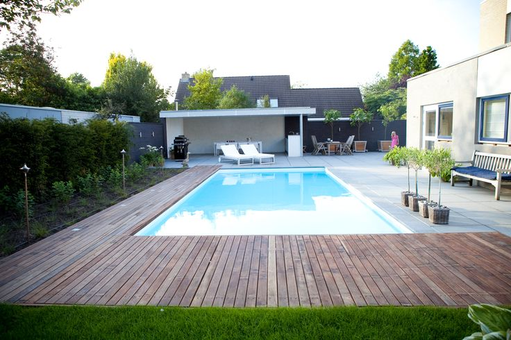Moderne tuin in zeewolde met zwembad houten vlonders en overdekt terras met buitenkeuken vos - Modern overdekt terras ...