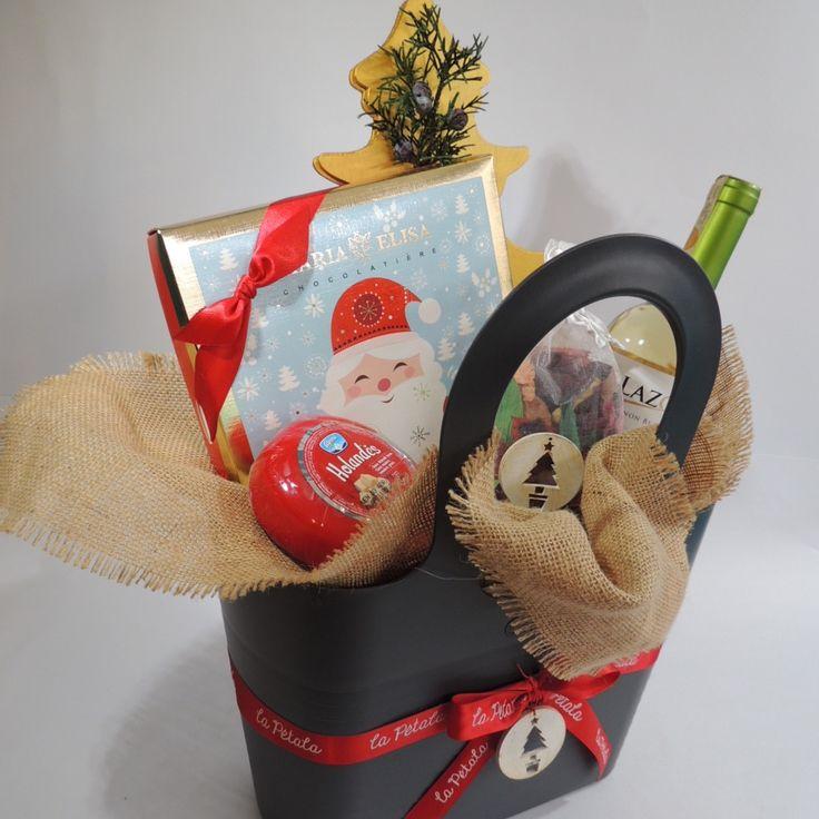 """Canasta Joy: """"Esta canasta es moderna e ideal para compartir con amigos. Tiene un árbol dorado que puedes armar para decorar en Navidad.  Solicítalo ya: Teléfono +571 2159030 - 3053336786o al correo electrónico clientes@lapetala.com.  Precio: $ 170.000"""