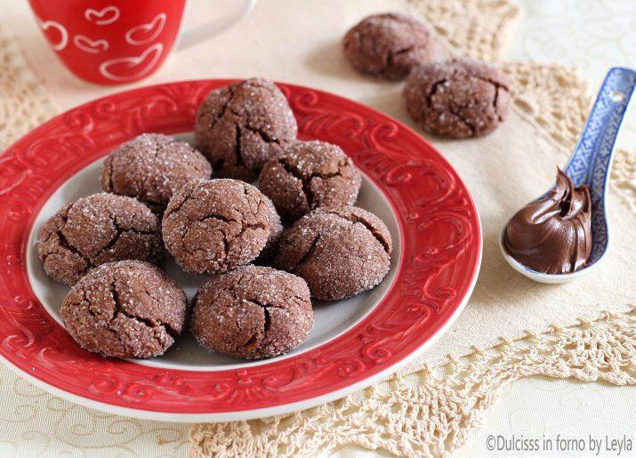 Biscotti alla Nutella: davvero squisiti, morbidi, si realizzano con pochissimi ingredienti e sono pronti in davvero poco tempo ! Ricetta facile e veloce.
