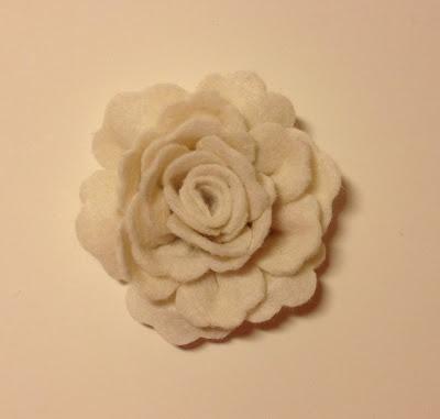 Pembe Camekan: Kırık Beyaz Çiçek Yaka İğnesi (keçe broş)