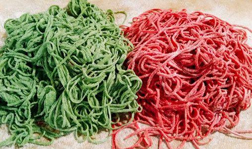 Recept voor gekleurde spaghetti met overheerlijke gehaktballetjes en verse tomatensaus. Erg leuk om te maken en heerlijk om te eten.