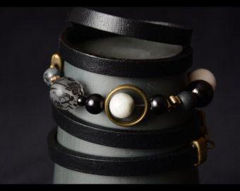 Braceley wrap (5 tours) cuir noir et perles divers grises et noires , 93 cm (ajustable si désiré)
