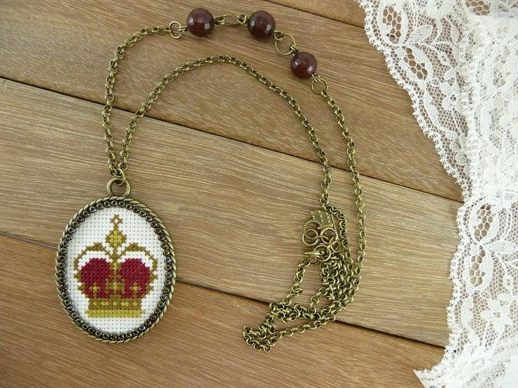Colgante bordado corona de Triccotra por DaWanda.com