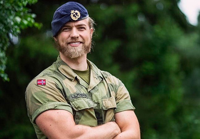 Lasse Matberg, de 30 anos, poderia ser o intérprete de Thor, o deus nórdico dos trovões, mas ao invés disso ele decidiu seguir carreira militar e é tenente da Marinha Real da Noruega. Com barba farta, longos cabelos e uma aparência de supermodelo, o homem não passa despercebido e faz um tremendo sucesso nas redes sociais. Seu perfil no Instagram possui mais de 500 mil seguidores e, entre as imagens que publica diariamente, ele compartilha algumas em que aparece de farda, roupas 'civis' e…