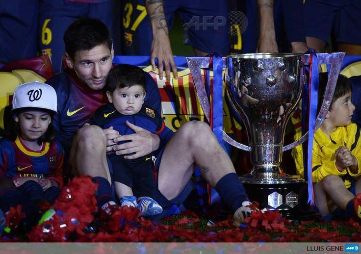 Twitter / AFP: #PHOTO: Barcelona's Lionel Messi holds his son Thiago during the trophy ceremony at the Camp Nou stadium #FCB