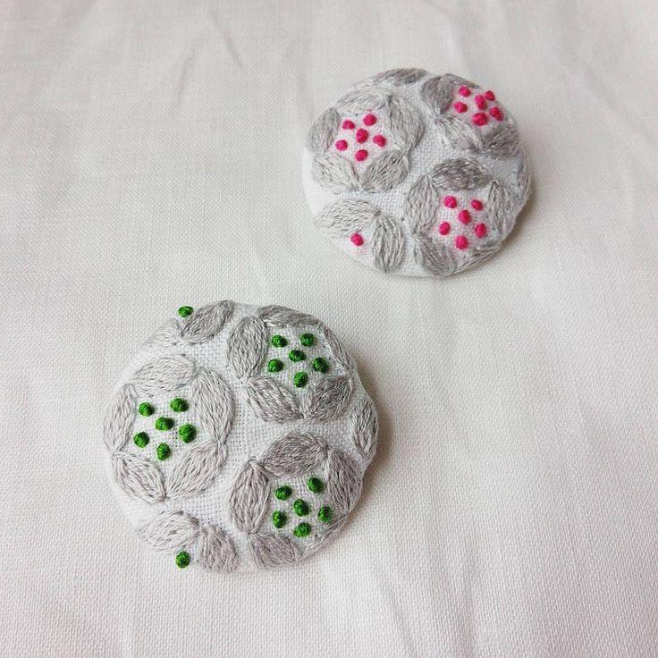 ライトグレー×グリーン。 好きな組み合わせ♥ #刺繍#ブローチ#brooch#お花#手仕事#ハンドメイド#handmade#ものづくり#kumako365#日々#リネン