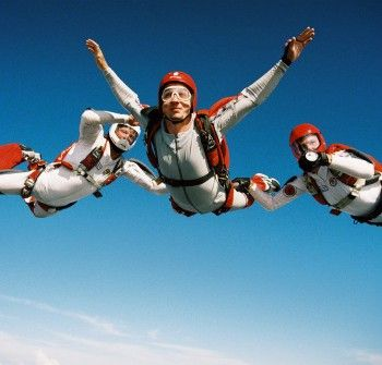 Zelf leren Skydiven / parachutespringen? Deze officiële AFF cursus in Texel geeft je de mogelijkheid! De cursus behelst 10 sprongen en een theorie gedeelte. Vanaf sprong 1 spring je al zelfstandig!