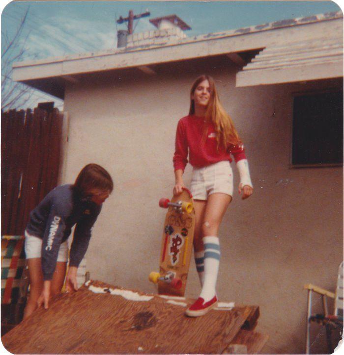 Ma maman en train de faire du skate avec un poignet cassé, dans les années soixante-dix