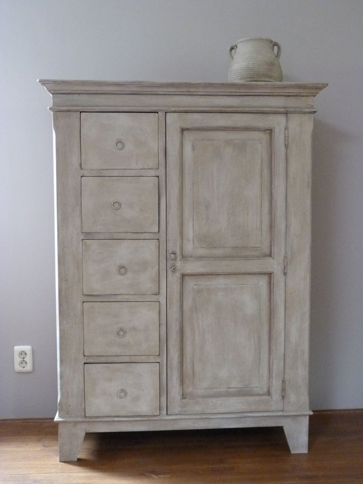 Prachtige spekkast, geschilderd in Country Grey, krijtverf van Annie Sloan en daarna bewerkt met blanke en donkere was en verdunde verf.