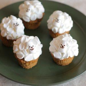 ひつじのカップケーキ by ふきさん | レシピブログ - 料理ブログのレシピ満載! マシュマロを切って貼り付けるだけで、モコモコ可愛いひつじが出来上がります。コーヒーの香り豊かなカップケーキです。