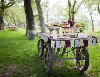 Amei este carrinho de madeira com os doces!