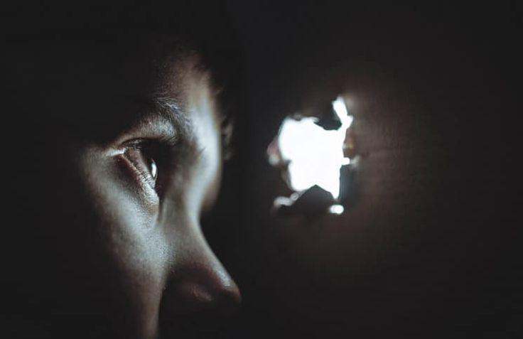 Иаков держал окровавленные одежды, которые он заботливо сделал для своего младшего сына. Сны, о которых Иосиф рассказывал ему, и которые он сохранял в своём сердце, были разрушены. Отец, который тоже видел пророческие сны и рассказывал сыновьям свой сон об ангелах, поднимающихся и спускающихся по ле