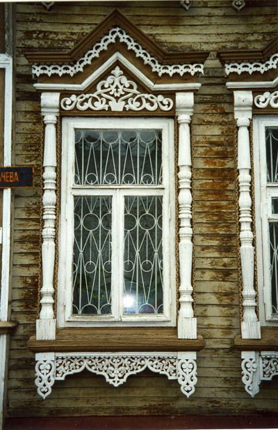 traditional decorative carved wood window frame, kozmodemyansk, russia | architectural details