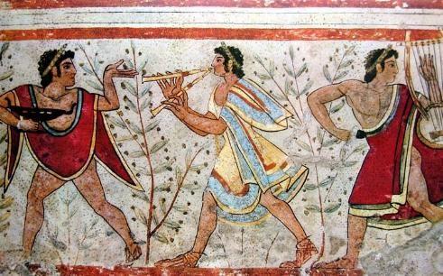 Las faldas cortas y las tunicas en forma de T eran prendas que los hombres etruscos llevaban habitualmente en el siglo VII a.c.  La lacernade uso generalizado era una capa de lana, corta y estrecha.