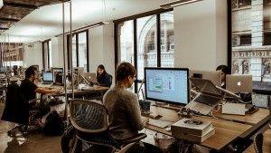 Πρόσφατη έκθεση της Regus έρχεται να επιβεβαιώσει ότι το 50% των εργαζομένων παγκοσμίως ήδη δουλεύει εκτός γραφείου κατά μέσο όρο 2,5 ημέρες την εβδομάδα. Πολλά είναι τα στοιχεία που επιβεβαιώνουν …