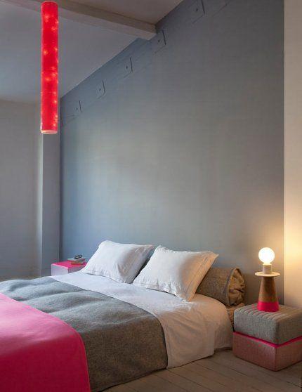 Une chambre moderne, épurée mais accueillante - le contraste du rose au milieu de ce camaïeu de gris y fait beaucoup